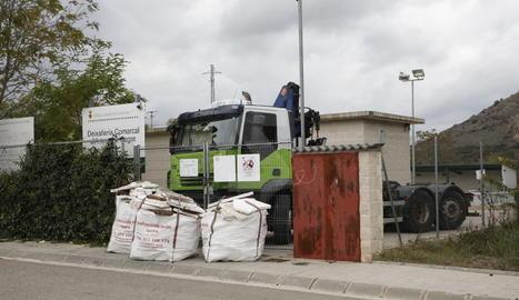 Un camió i grans sacs plens de terra bloquegen el pas a la deixalleria d'Artesa de Segre
