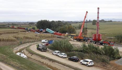 Imatge d'ahir de la retirada dels contenidors del tren de mercaderies de Continental Rail que va descarrilar entre Puigverd de Lleida i Juneda.