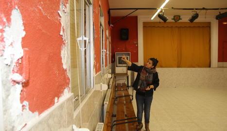 Hernández mostra l'estat de les parets de la Sala Casino.