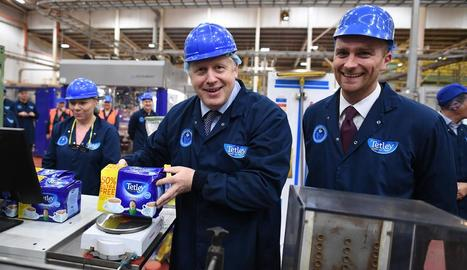 El primer ministre britànic ahir, al visitar una fàbrica de te.