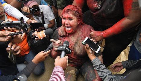 L'alcaldessa Vinto, coberta de pintura després de ser alliberada.