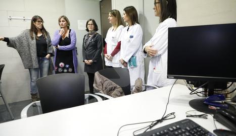 La consellera de Salut, Alba Vergés,ha visitat aquest divendres la consulta per a persones trans del CAP de Ferran a Lleida.