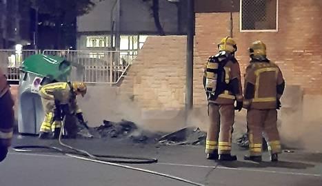 Els contenidors cremats aquest divendres al carrer Camí de Picos.