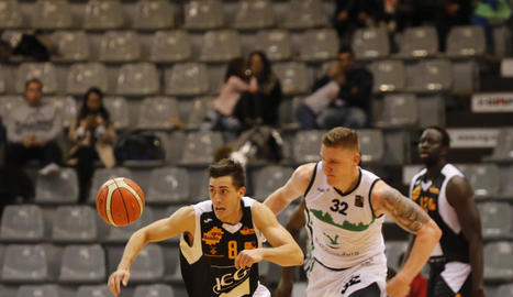 Adrián Chapela condueix un contraatac davant de Jordy Kuiper.