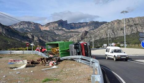 Imatge del camió que va bolcar ahir al matí a la C-14 a Oliana.