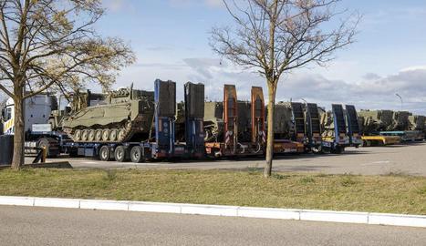 Imatge del comboi militar amb tancs i vehicles blindats estacionat ahir a Granyanella.