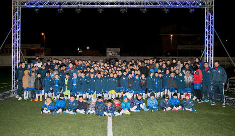 Els jugadors i els entrenadors de l'Escola de Futbol Baix Segrià ahir durant l'acte de presentació.