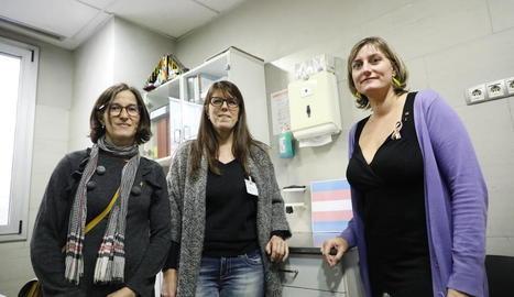 La consellera Vergés (d.), la Dra. Mari Cruz Sanz i Divina Farreny.