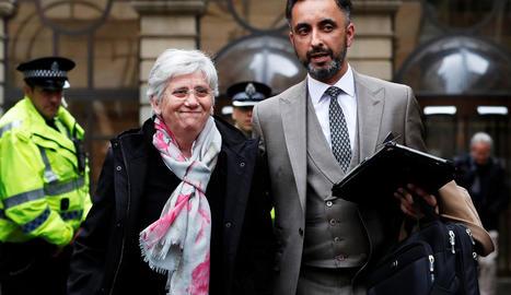 Clara Ponsatí i el seu advocat, Aamer Anwar, al sortir d'un tribunal d'Edimburg, el 2018.