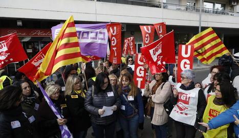 Protesta sindical davant la seu d'Atento a Lleida, ahir, per l'acomiadament de la presidenta del comitè.