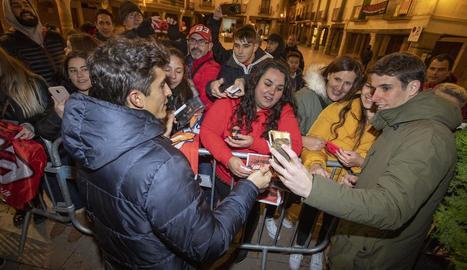 Els germans Márquez, al costat d'autoritats, família i amics ahir a la Paeria on van rebre un homenatge abans de la festa d'avui.