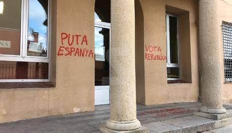 Col·legis electorals de Tàrrega i Guissona es desperten amb pintades independentistes