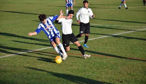 Un jugador de l'Organyà intenta controlar l'esfèric en una acció del partit.