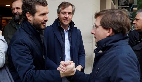 Pedro Sánchez es mostrava en el moment de votar encara confiat i somrient.