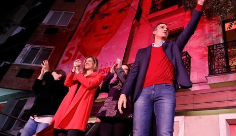 Sánchez amb la seua esposa, Begoña Gómez, saluda la militància després de la victòria del PSOE.