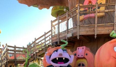 El parc d'atraccions està decorat per a l'ocasió.