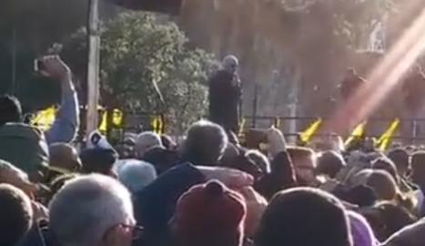 Lluís Llach canta 'L'Estaca' en el corte de Tsunami en la frontera con Francia