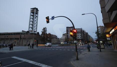 Vista de l'avinguda Pius XII, on ahir va cremar una furgoneta