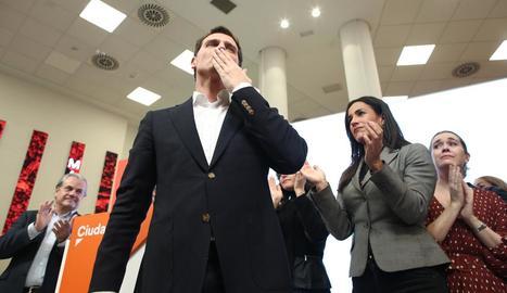 Rivera llança als seus col·laboradors el que va ser el seu últim petó com a president de Ciutadans.