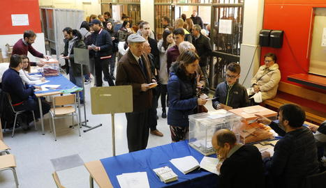 Cues per votar al col·legi Frederic Godàs diumenge passat.