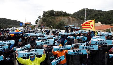 Participants en el tall de Tsunami Democràtic al Pertús, que va bloquejar cotxes i camions i es va mantenir durant tota la jornada.