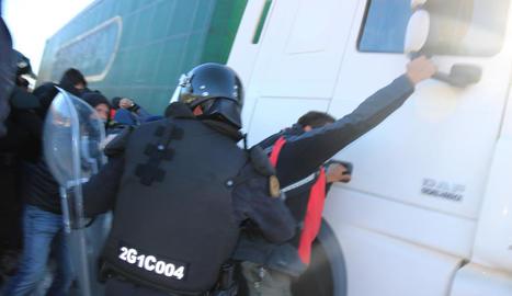 Un camió intenta atropellar un grup de manifestants a l'N-II a la Jonquera