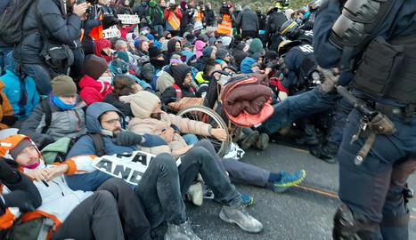 La policia francesa carrega contra els manifestants de Tsunami per portar-los cap al punt fronterer