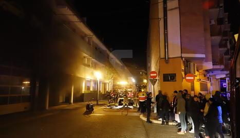 Columna de fum sortint de l'interior d'un pàrquing a Alcarràs, ahir a la nit.