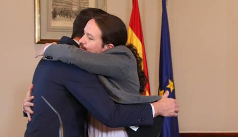 Sánchez i Iglesias, abraçats després de signar el preacord de govern de coalició