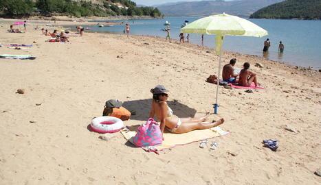Turistes a l'entorn del pantà de Sant Antoni.