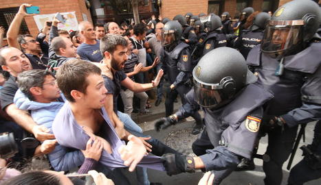 Imatge de les càrregues policials durant la celebració del referèndum de l'1-O a la Mariola.