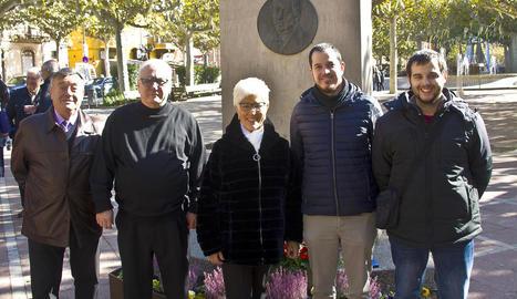 El cor va deixar una ofrena floral al monument a Ramon Carnicer.