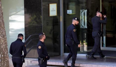 Agents, ahir en l'escorcoll del Consell Català de l'Esport.