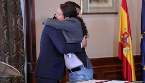 Pedro Sánchez i Pablo Iglesias es fonen en una abraçada després de la firma del preacord entre els dos partits, ahir.