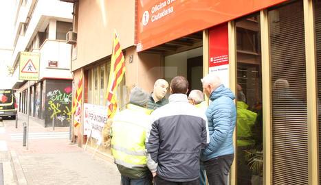 Representants dels treballadors del servei de recollida d'escombraries a la Noguera, aquest dimecres a la porta de la seu del departament de Treball a Lleida.