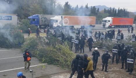 Els Mossos d'Esquadra desallotgen l'AP-7 a Girona