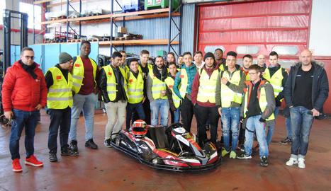 Els estudiants de FP a l'empresa que van visitar ahir a Sidamon.