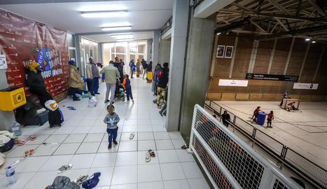 Alguns afectats, al pavelló municipal abans de ser traslladats a La Manreana per passar-hi la nit.