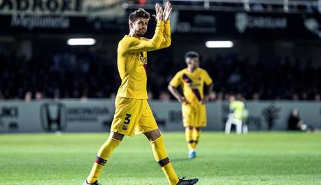 Gerard Piqué, que va ser molt aplaudit, va saludar el públic ahir en el partit contra el Cartagena.