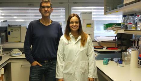 Els investigadors de l'IRBLleida Daniel Sanchis i Aida Beà.