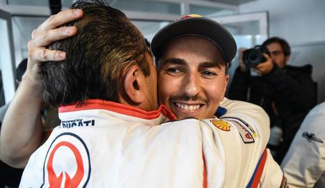 Jorge Lorenzo abraça un membre del seu equip després d'anunciar que deixa el Mundial de MotoGP.
