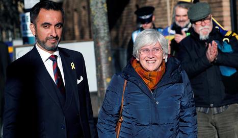 L'exconsellera Clara Ponsatí, acompanyada del seu advocat, Aamer Anwar, al sortir del jutjat escocès ahir.