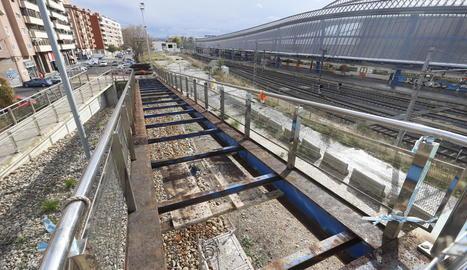 Desmunten les fustes de les rampes de la passarel·la de Renfe