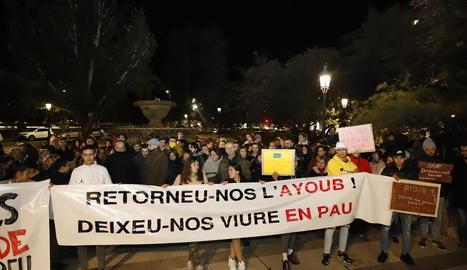 Concentració a la subdelegació del Govern central a Lleida, ahir.
