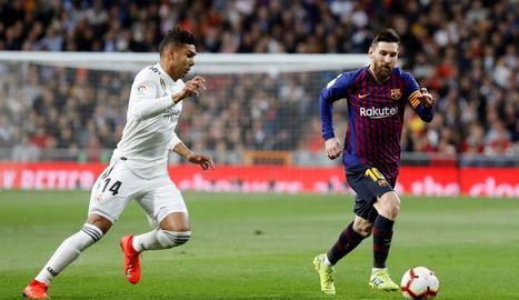 Messi porta la pilota davant de Casemiro en un clàssic.