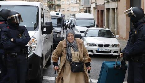 Una de les persones desallotjades al bloc de Balàfia.