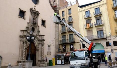 Instal·lació de llums de Nadal a la plaça Sant Francesc de Lleida.