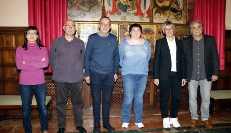 Els guanyadors dels Premis Literaris de Lleida 2019, Jordi Romeu i Anna Garcia, amb l'alcalde Miquel Pueyo i els secretaris del jurat.