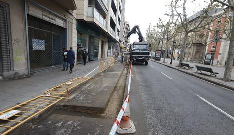Treballs de millora del paviment a la Rambla Ferran de Lleida.
