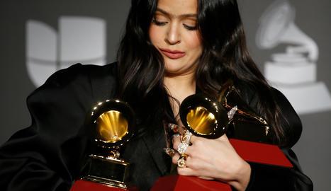 Rosalía s'endú cinc Grammy Llatins